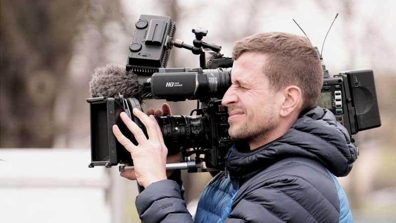Kameramann filmt aktuelle Berichterstattung in Halle