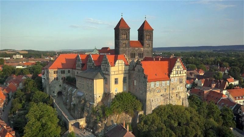 Mit Kameradrohne gemachtes Luftbild vom Schloss Quedlinburg