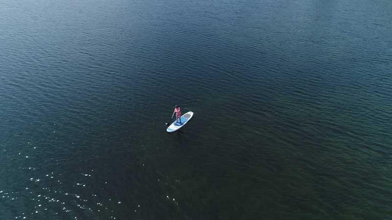 Luftbildaufnahme von einem Wassersportler