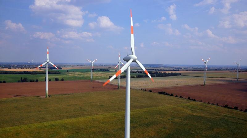 Mit Kameradrohne gemachtes Luftbild von einem Windrad